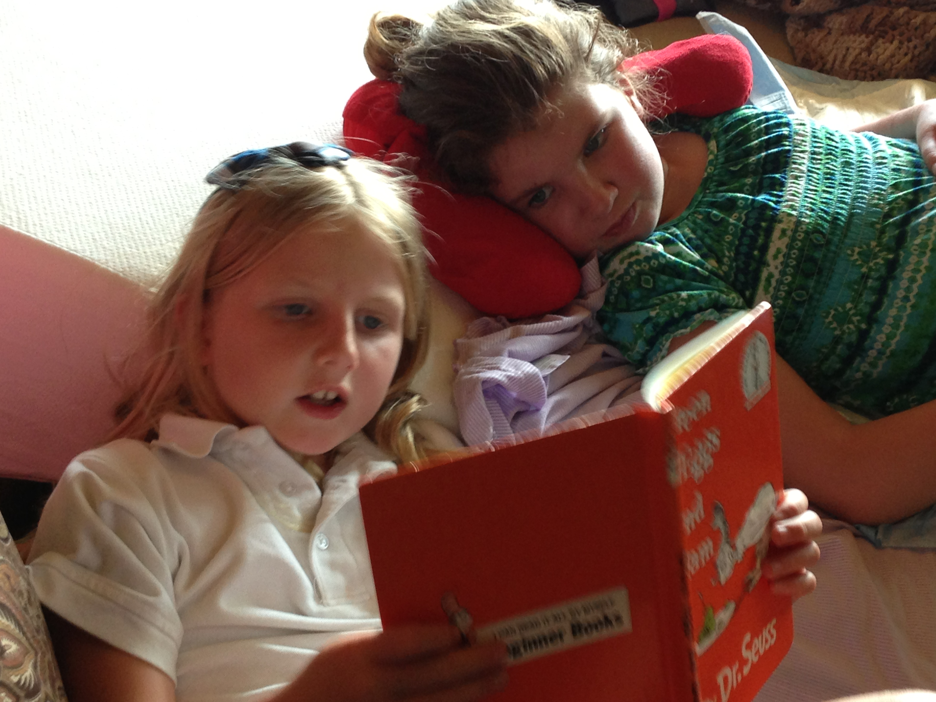 girls-reading-together